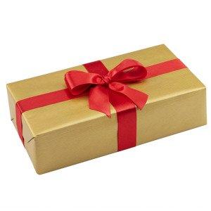 Ręczne pakowanie prezentu - czerwona wstążka, całość zapakowane w ozdobny złoty papier