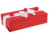Ręczne pakowanie prezentu - z białą tasiemką i czerwonymi kwiatkami.
